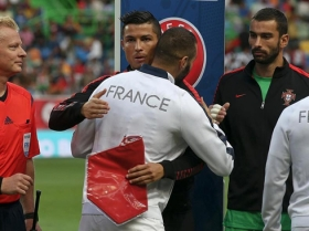 1037-cristiano-ronaldo-hugging-benzema-in-portugal-vs-france